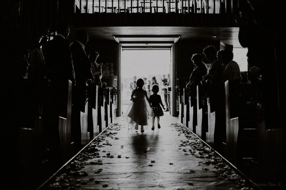 Petites filles qui marchent dans l'allée de l'église