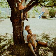 Photographe à Troyes, séance photo avec parents assis au pied d'un arbre