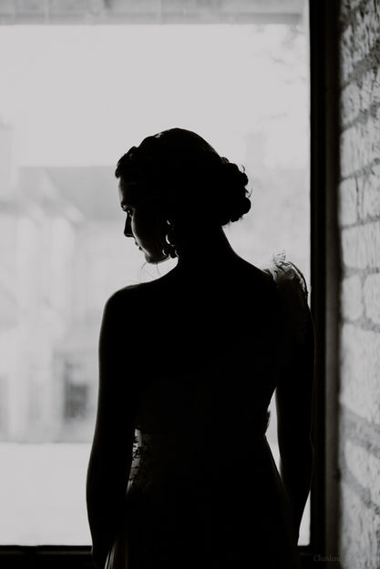 Silhouette d'une mariée de dos en noir et blanc
