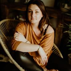 Photographe à Troyes, Portrait de femme assise à domicile au naturel