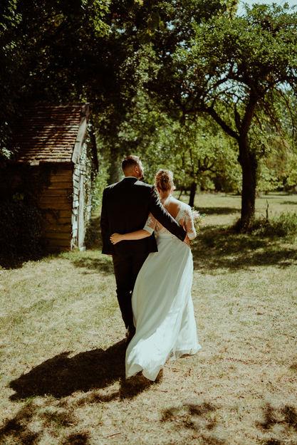 Couple de mariés qui marche au Domaine de Vermoise