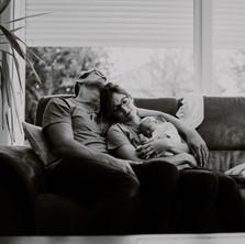 Photographe à Troyes, séance photo naissance nouveau-né originale et fun à domicile en noir et blanc