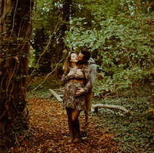 Photographe à Troyes, séance photo grossesse d'un couple à l'automne dans la forêt