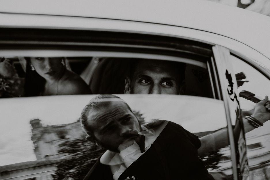 Les mariés dans la voiture en noir et blanc