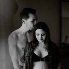 Photographe à Troyes, séance photo grossesse d'un couple à domicile en noir et blanc