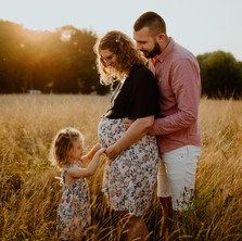 Photographe à Troyes, séance photo grossesse lifestyle en famille, dans un champs au coucher de soleil