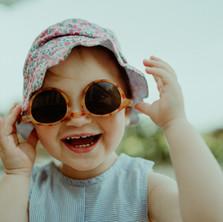 Photographe à Troyes, séance photo petite fille rigolote avec des lunettes de soleil
