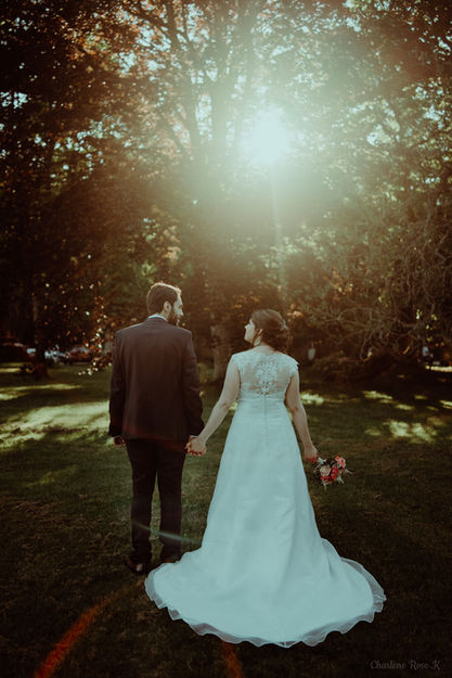 Mariés de dos au coucher du soleil au Domaine de Changy