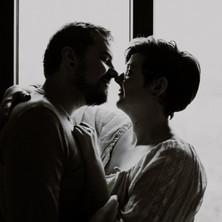 Photographe à Troyes, séance photo de couple à domicile devant la fenêtre en noir et blanc