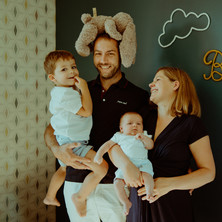 Photographe à Troyes, séance photo naissance nouveau-né originale en famille à domicile