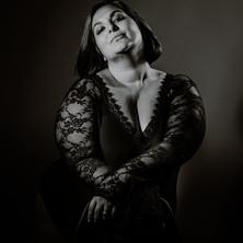 Photographe à Troyes, séance photo intimiste à domicile, portrait noir et blanc en studio