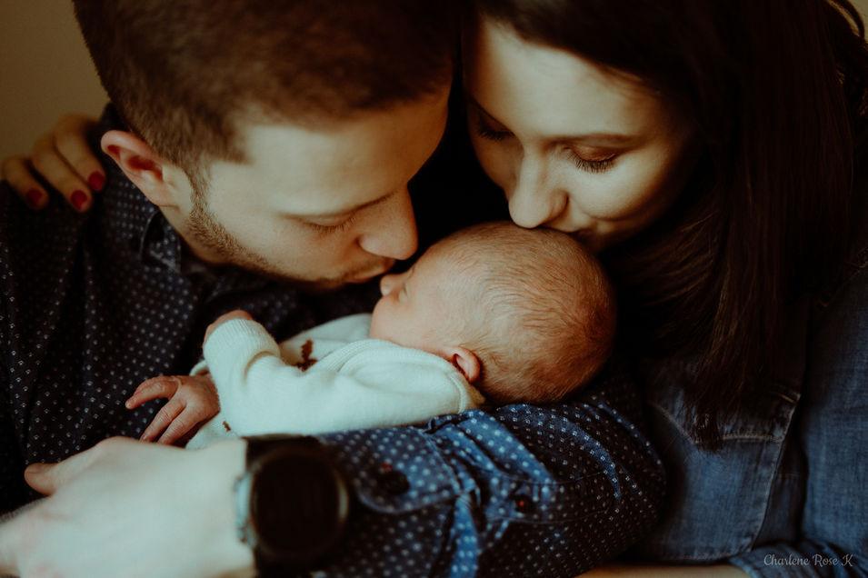 photographe,troyes,bébé,naissance,nouveau,né,famille,domicile,lifestyle,bisou,charlene,rose,k