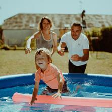 Photographe à Troyes, séance photo famille à domicile dans la piscine