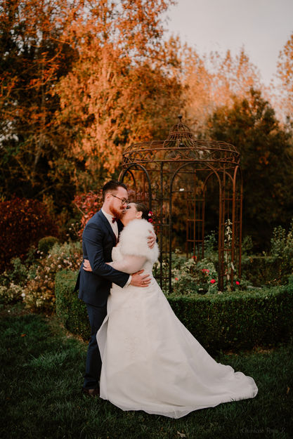 Couple de mariés qui s'enlace à l'automne
