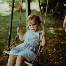 Photographe à Troyes, séance photo enfants, soeurs qui jouent à la balançoire