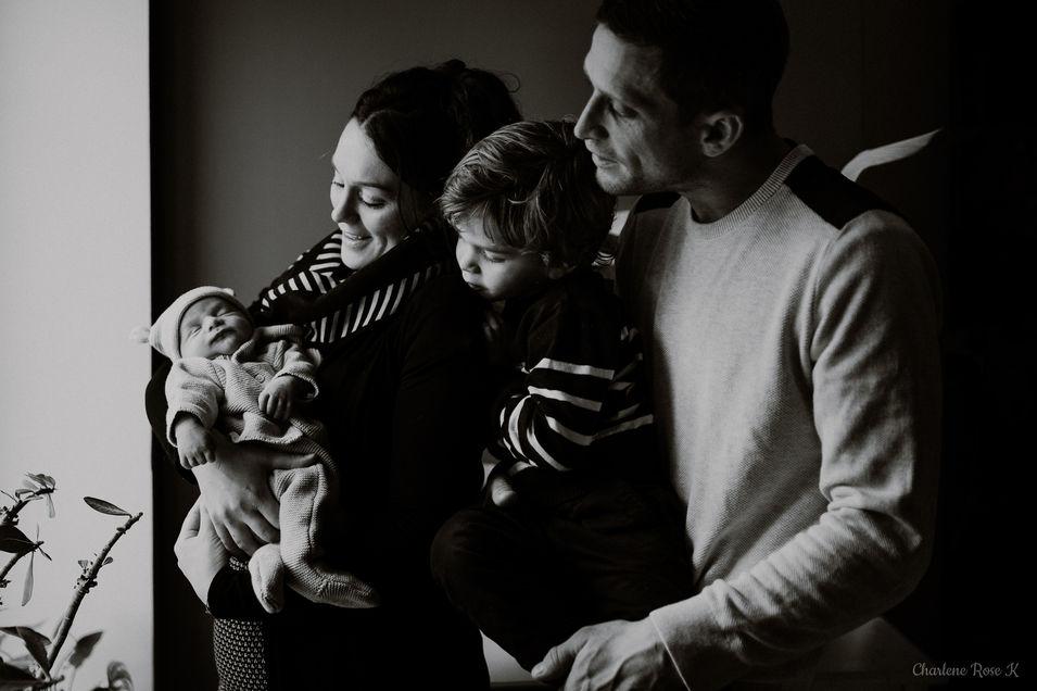 photographe,troyes,bébé,naissance,nouveau,né,famille,domicile,lifestyle,noir,blanc,charlene,rose,k