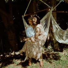 Photographe à Troyes, séance photo de couple qui rigole dans un hamac