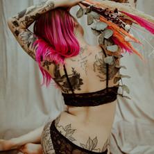 Photographe à Troyes, séance photo intimiste à domicile, portrait de femme tatouée et fleurs