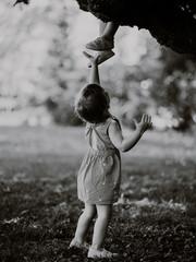 Photographie d'enfants jouant en noir et blanc