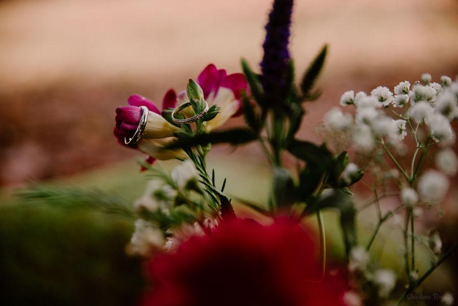 Alliances de mariage sur un bouquet de fleurs