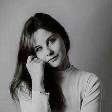 Photographe à Troyes, Portrait simple de femme en studio noir et blanc