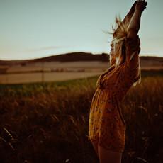 Photographe à Troyes, Portrait de femme cheveux au vent dans un champ