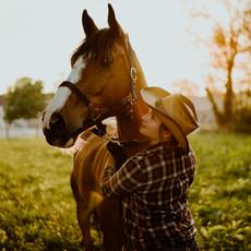 Photographe à Troyes, Séance photo humain et animaux, portrait de femme et cheval au coucher de soleil