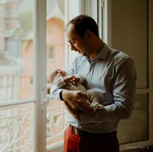Photographe à Troyes, séance photo naissance nouveau-né près de la fenêtre avec un reflet à domicile