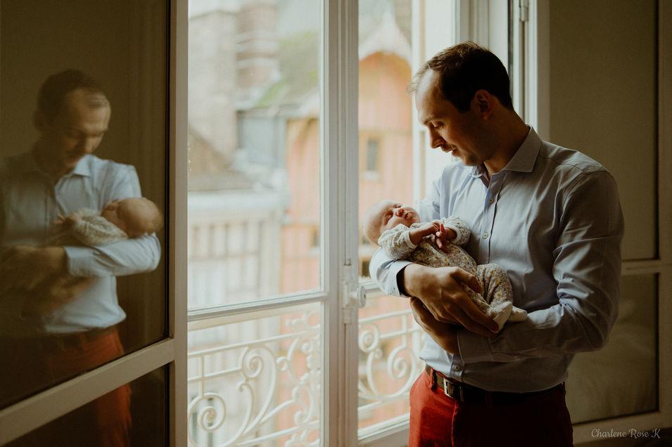 photographe,troyes,bébé,naissance,nouveau,né,famille,domicile,lifestyle,papa,fenêtre,charlene,rose,k