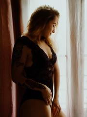 Photographie boudoir et intimiste près de la fenêtre