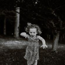 Photographe à Troyes, séance photo lifestyle pour enfants en extérieur en noir et blanc