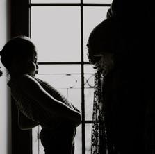 Photographe à Troyes, séance photo grossesse mère et fille en noir et blanc