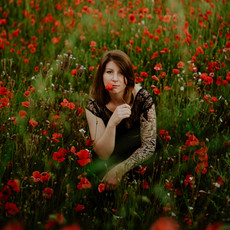 Photographe à Troyes, Portrait de femme dans un champ de coquelicots