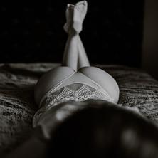 Photographe à Troyes, séance photo intimiste à domicile, fesses et jambes, noir et blanc