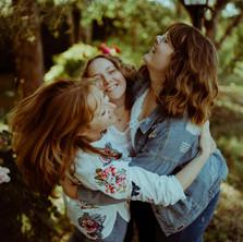 Photographe à Troyes, séance photo famille, mère et filles qui s'enlacent