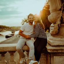 Photographe à Troyes, séance photo de couple sur le Pont Alexandre III à Paris au coucher du soleil