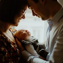 Photographe à Troyes, séance photo naissance nouveau-né en famille à domicile