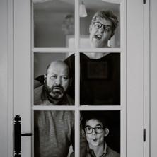 Photographe à Troyes, séance photo famille originale et drôle en noir et blanc à domicile