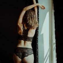 Photographe à Troyes, séance photo intimiste à domicile, près de la fenêtre