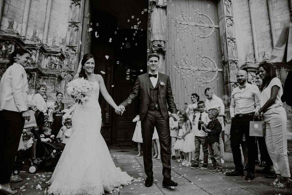 Couple de mariés sortant de la cathédrale Saint-Etienne de Sens
