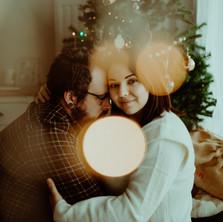Photographe à Troyes, séance photo de couple à Noël à domicile près du sapin