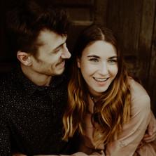 Photographe à Troyes, séance photo de couple qui rigole dans la rue