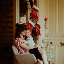 Photographe à Troyes, séance photo mère et fils à Noël à domicile