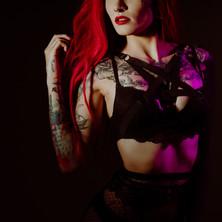 Photographe à Troyes, séance photo intimiste à domicile, portrait de femme tatouée en studio