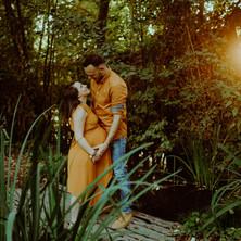 Photographe à Troyes, séance photo grossesse d'un couple au coucher du soleil en pleine nature