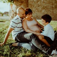 Photographe à Troyes, séance photo grossesse en famille en extérieur