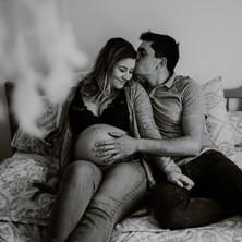 Photographe à Troyes, séance photo grossesse lifestyle d'un couple à domicile en noir et blanc