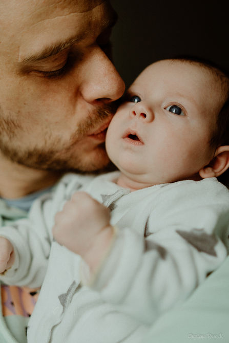 photographe,troyes,bébé,naissance,nouveau,né,famille,domicile,lifestyle,papa,bisou,charlene,rose,k