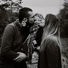 Photographe à Troyes, séance photo lifestyle en famille en noir et blanc en extérieur