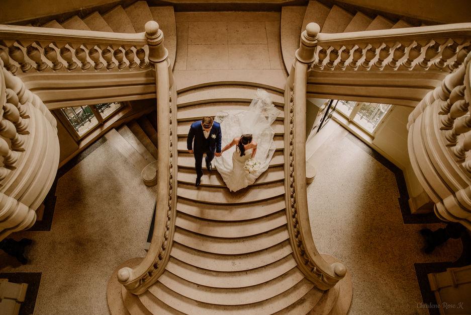 Mariés dans les escaliers de la mairie de Sens